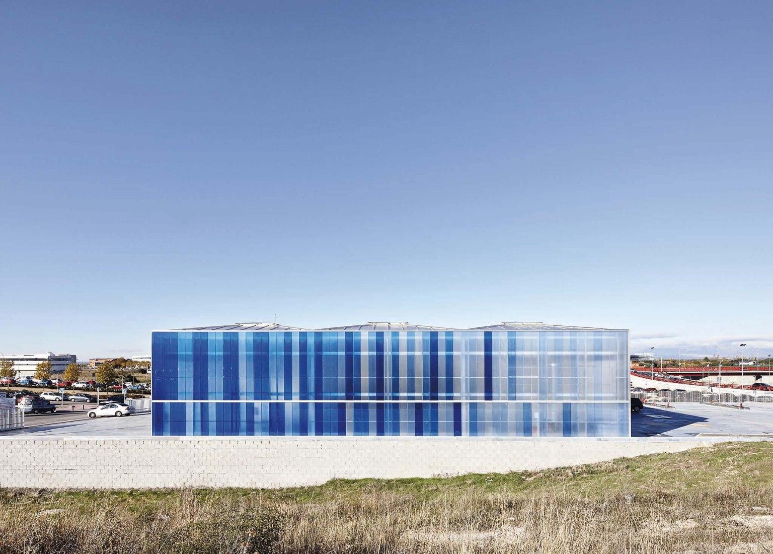 Car service building by Sau Taller d'Arquitectura. Photograph by José Hevia