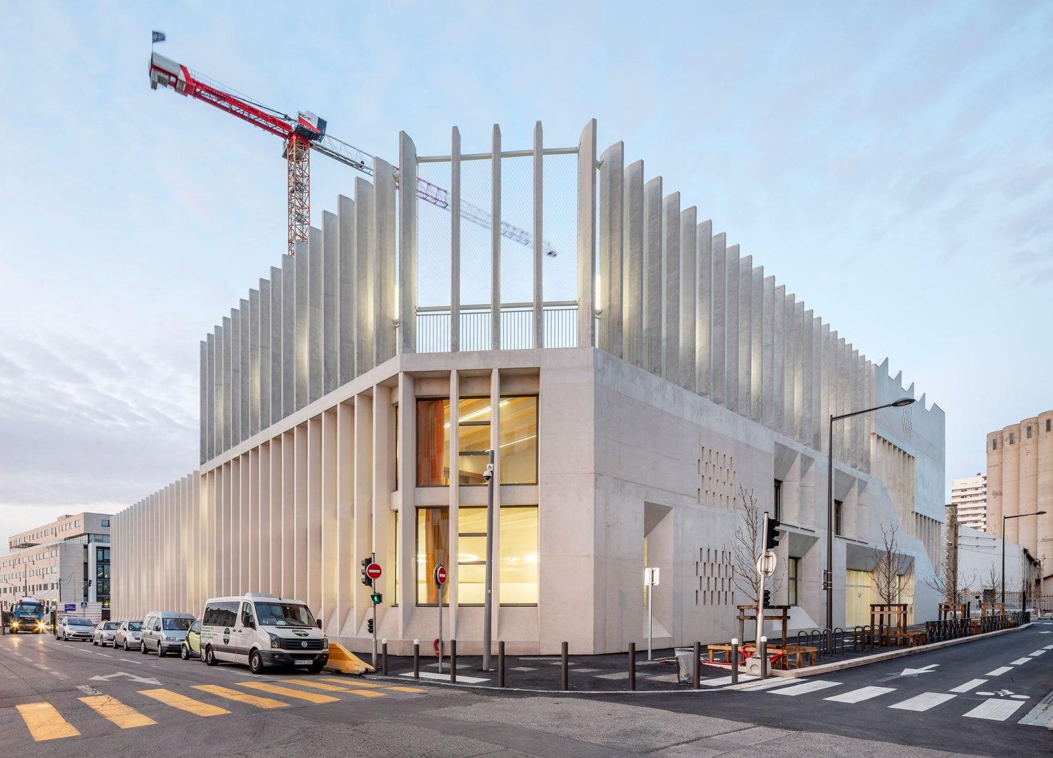Escuela Antoine de Ruffi por Tautem Architecture y BMC2 Architectes. Fotografía por Luc Boegly