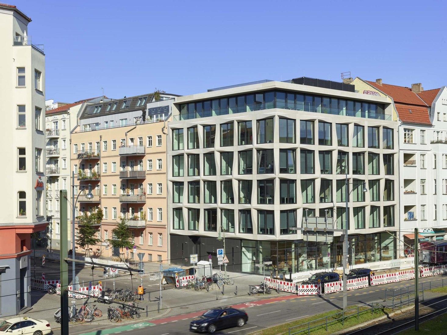 Nueva construcción de un edificio de oficinas por Tchoban Voss Architekten. Fotografía por Roland Halbe.