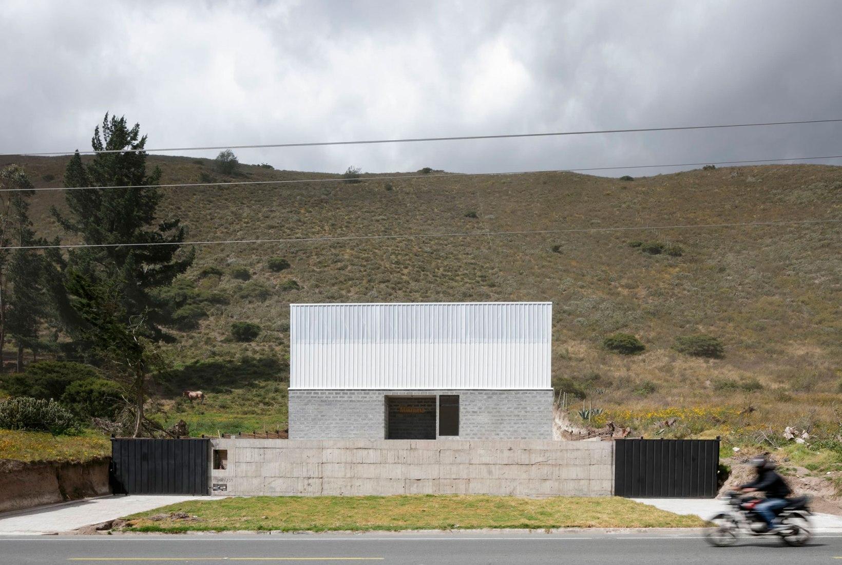Vista desde la calle. Sede de MIKHUNA por TEC Taller EC. Fotografía por Lorena Darquea Schettini, Paolo Caicedo