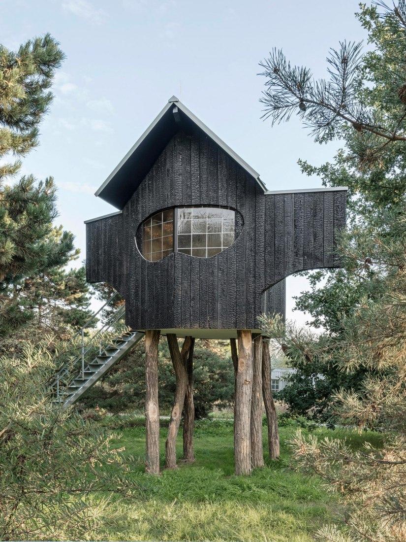 2020 Ein Stein Tee house por Terunobu Fujimori en Raketenstation Hombroich. Fotografía por Hertha Hurnaus, cortesía de Stiftung Insel Hombroich