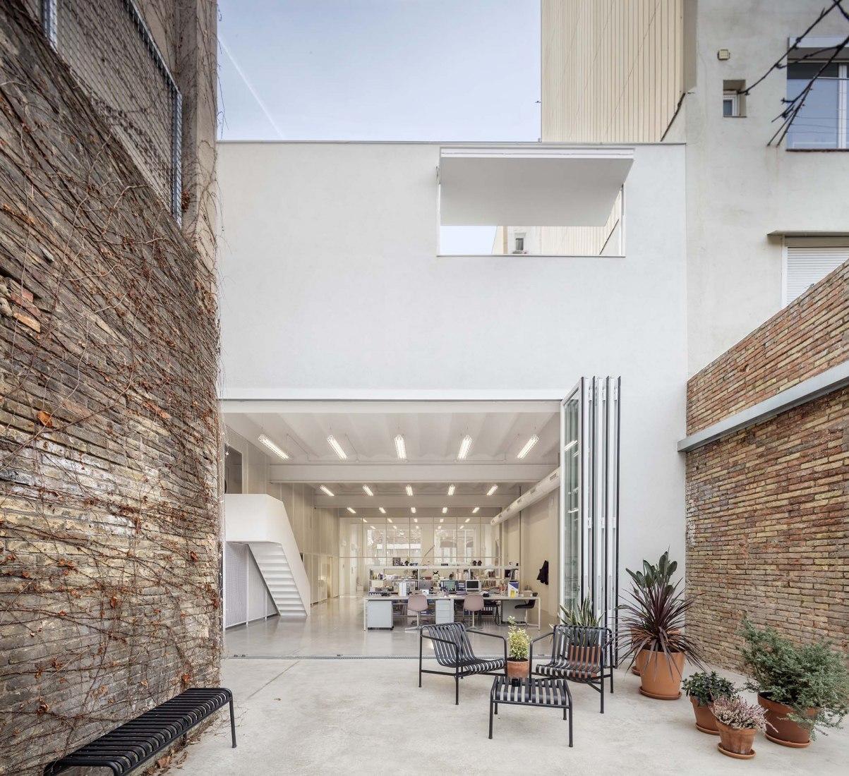 Warehouse Barcelona by Thomas Raynaud architectes, Paul Devarrieux architecte. Photograph by Àdria Goula.