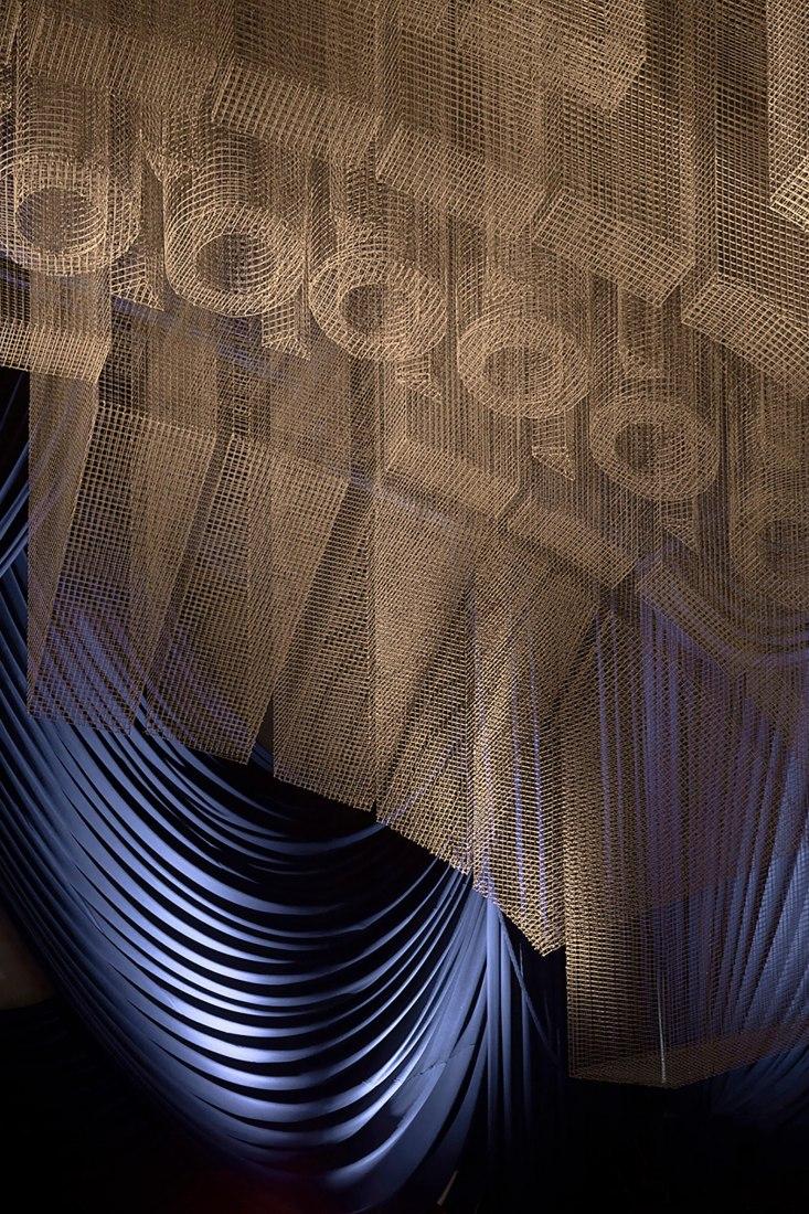 Fillmore. Instalación de techo por Tresoldi Studio, dentro del restaurante Cathédrale en Nueva York. Fotografía de Roberto Conte