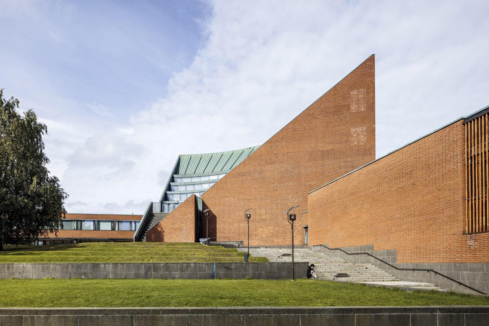 Imagen exterior del edificio. Renovación del Centro de Pregrados de la Universidad Aalto por Arkkitehdit NRT Oy. Fotografía © Tuomas Uusheimo