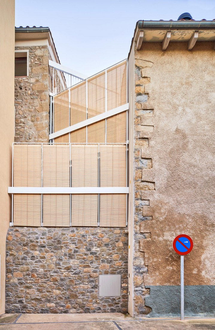 Renovation and extension of a village house by unparelld'arquitectes. Photograph by José Hevia