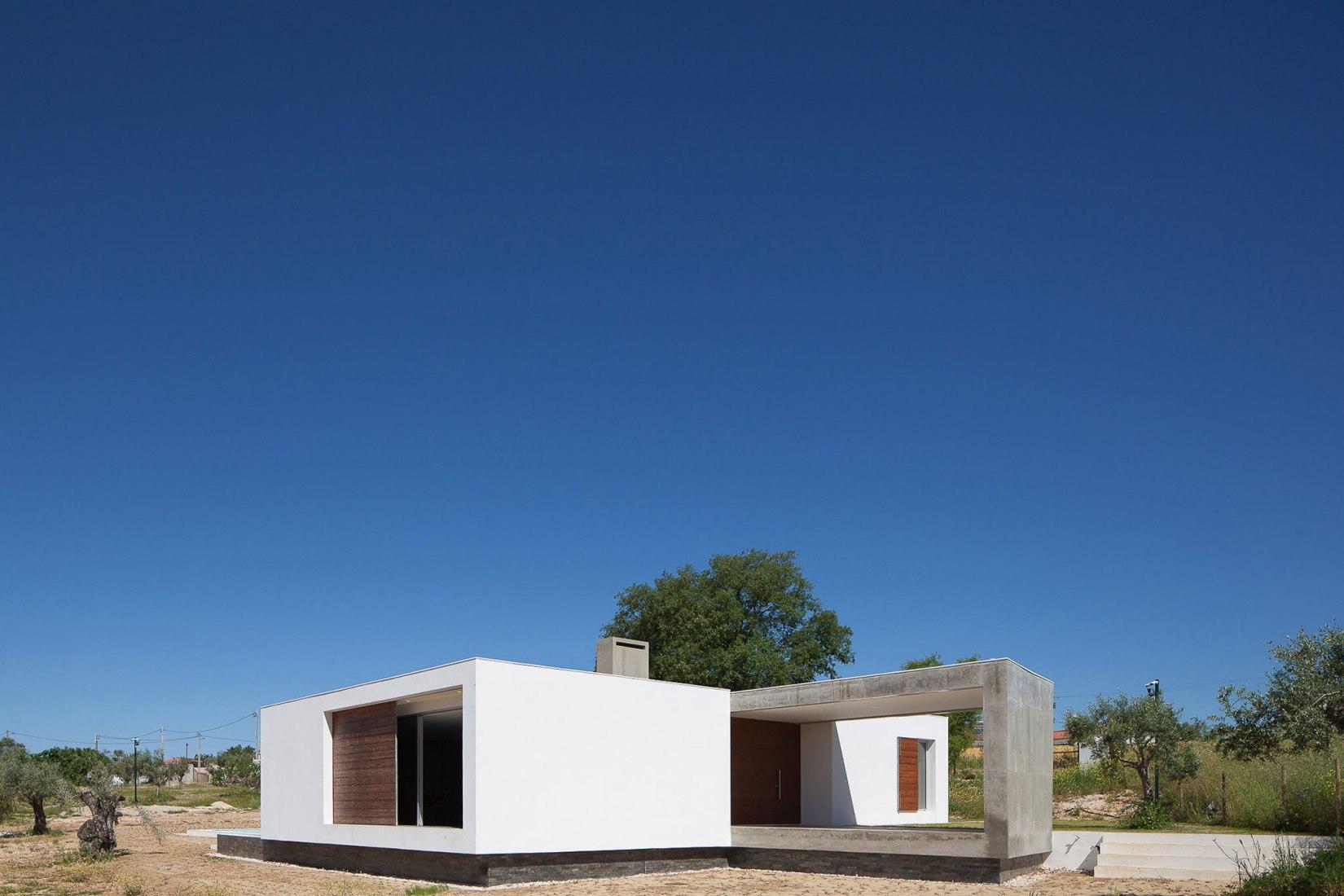 Exterior. Ring House by Vasco Cabral + Sofia Saraiva  Architects. Photograph © José Campos