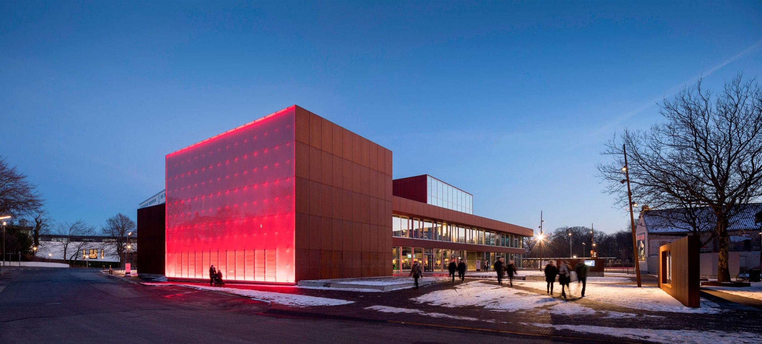 Iluminación nocturna. Teatro Vendsyssel por Schmidt Hammer Lassen Architects. Fotografía @ Adam Mørk
