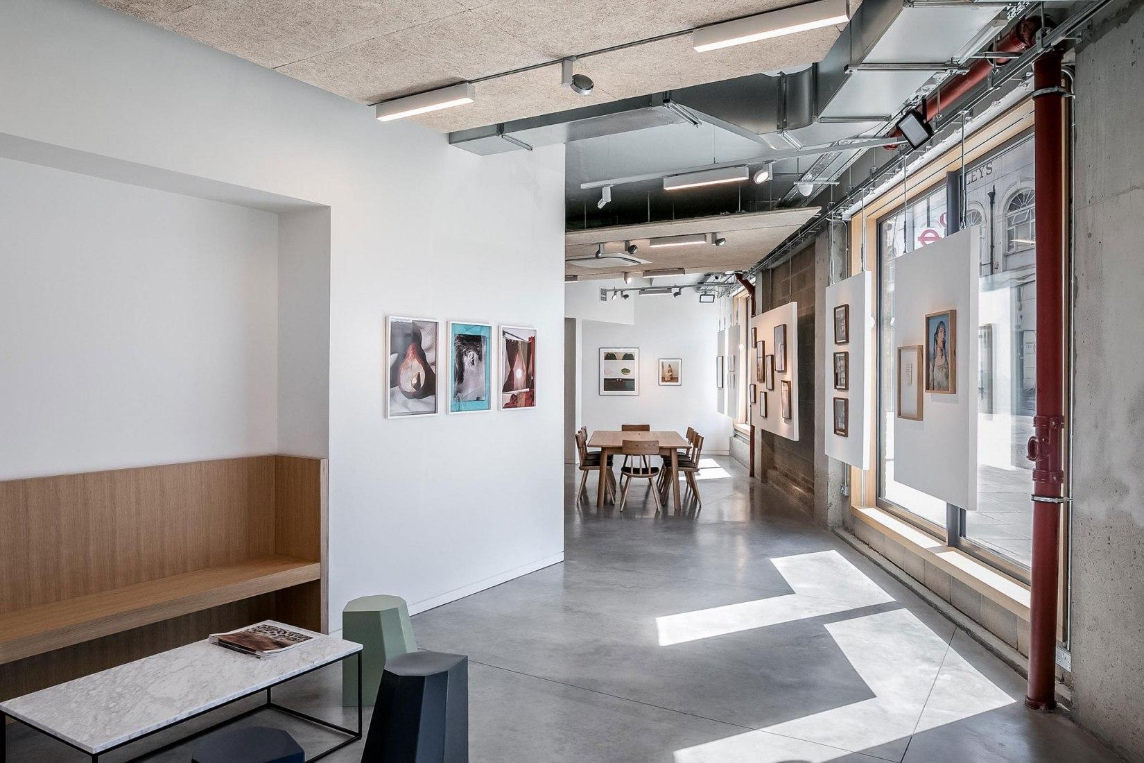 Espacio creativo para reuniones a lo largo de la fachada sur. Agencia creativa Dalston-N16 por VOSS Architects. Fotografía por Taran Wilkhu Photography