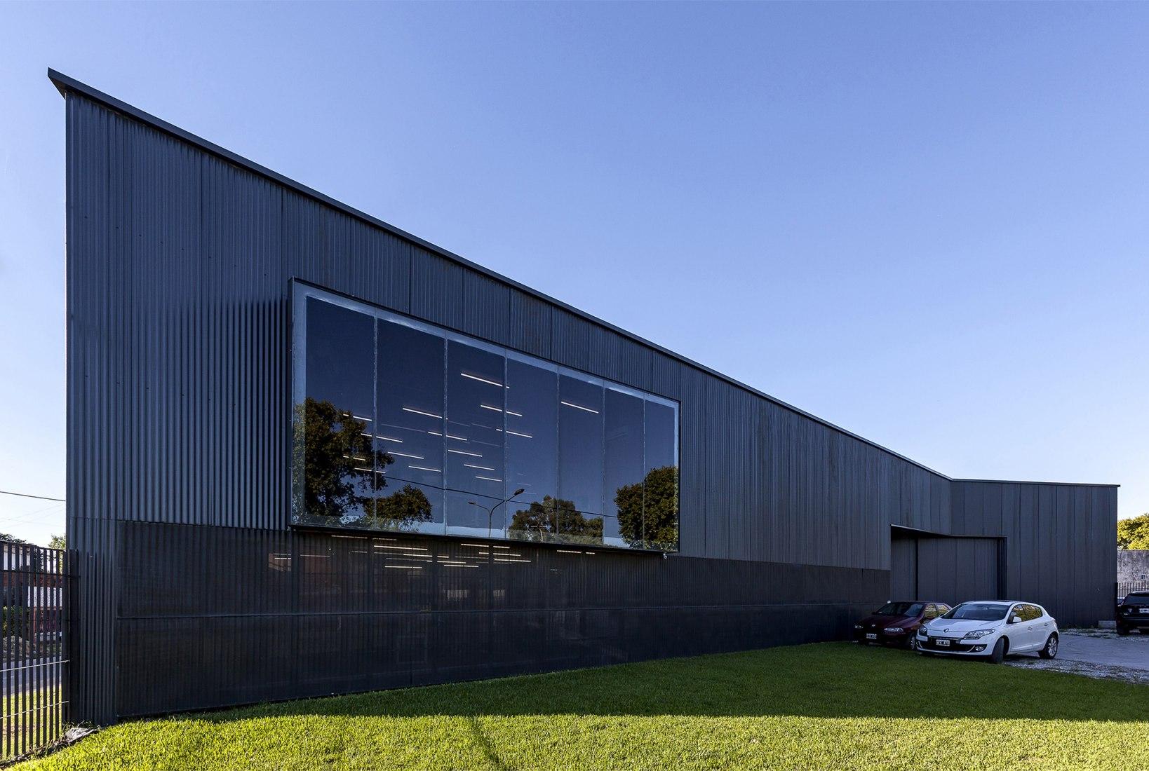 Centro de Logística Insumos Gráficos por Federico Marinaro Arquitecto. Fotografía por Walter Gustavo Salcedo