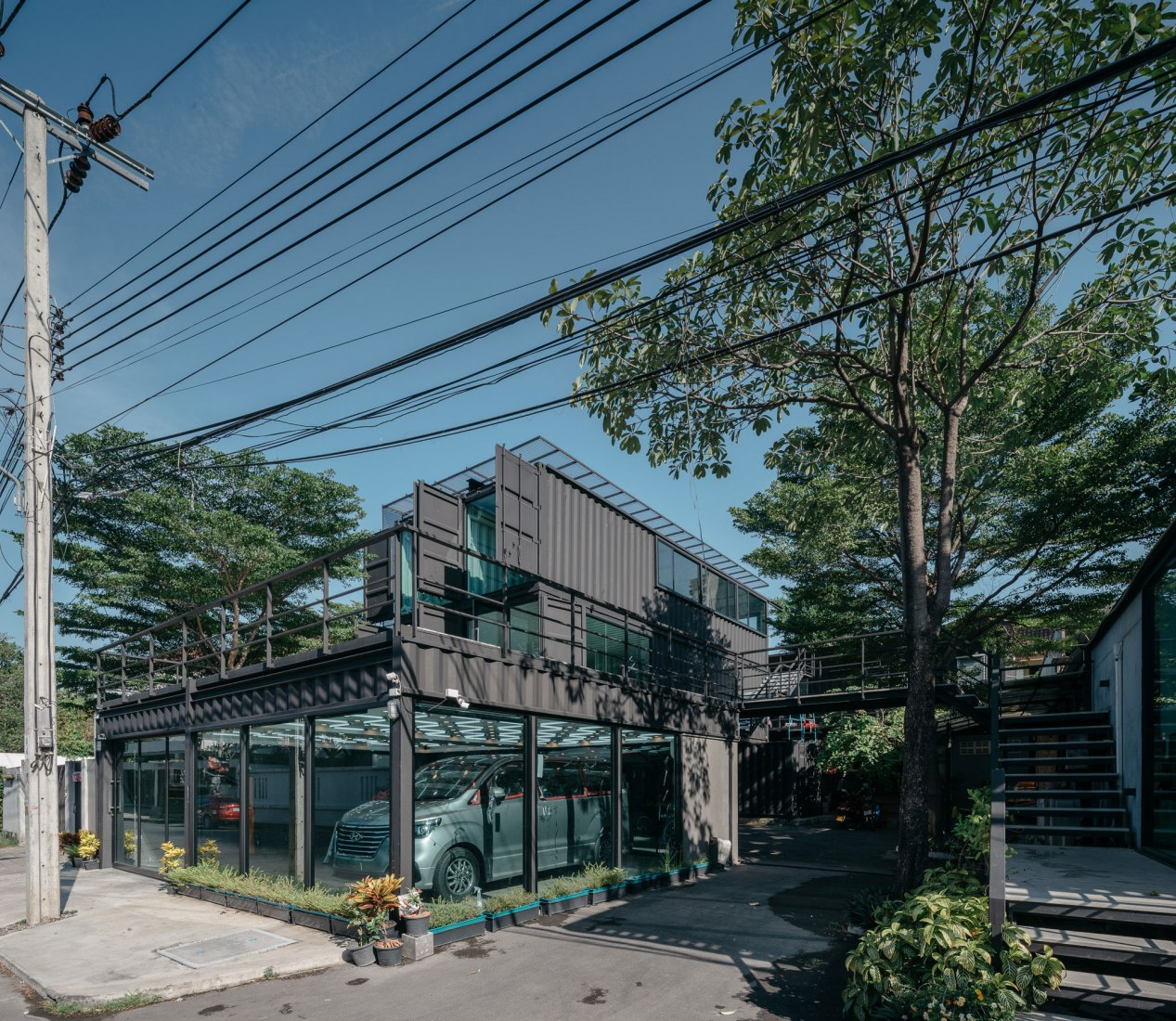 Muangthongthani Carcare by Archimontage Design Fields Sophisticated. Photograph by Chaovarith Poonphol Photography