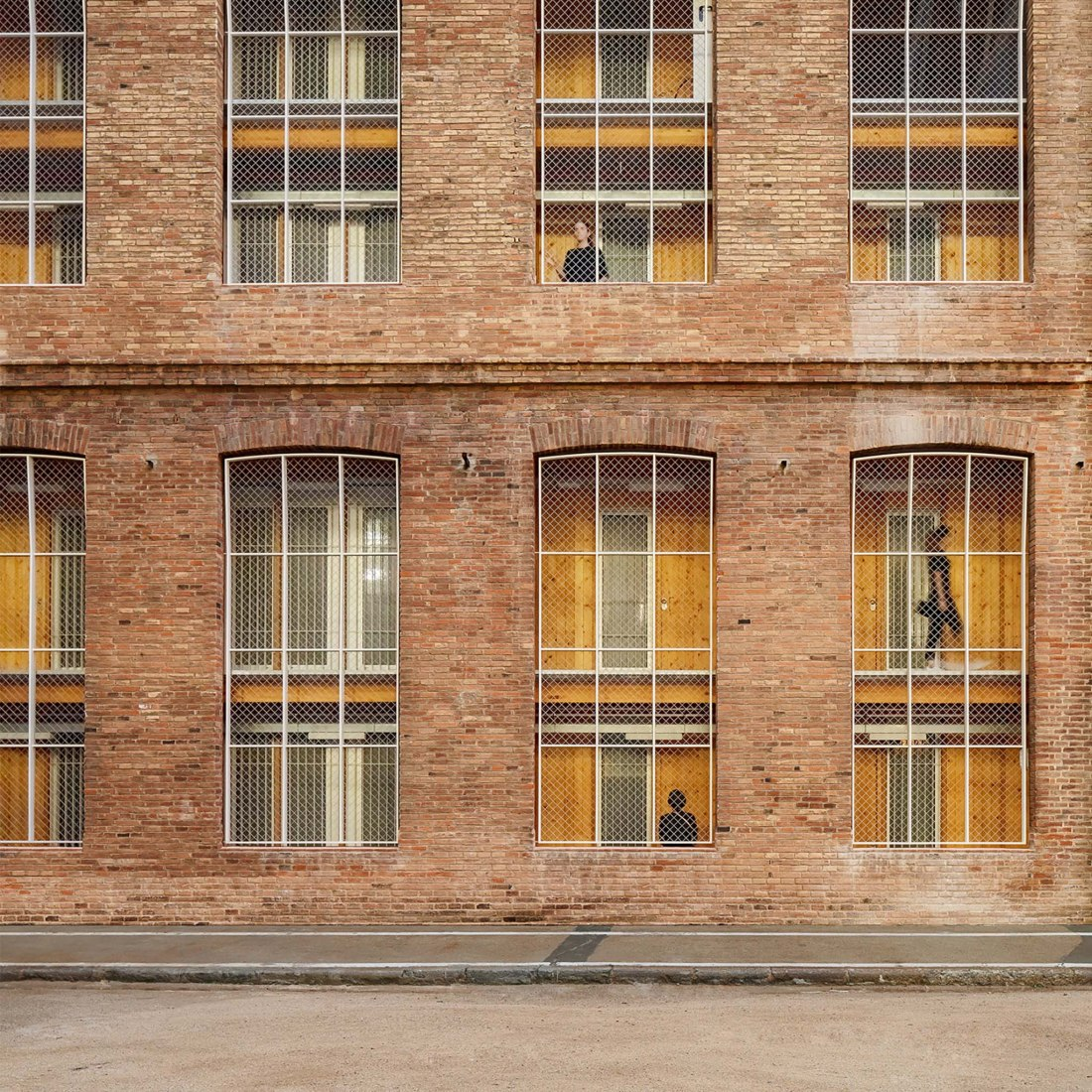 Fabra & Coats vivienda social & patrimonio industrial por Roldán + Berengue Arquitectos. Fotografía por Jordi Surroca y Gael del Río