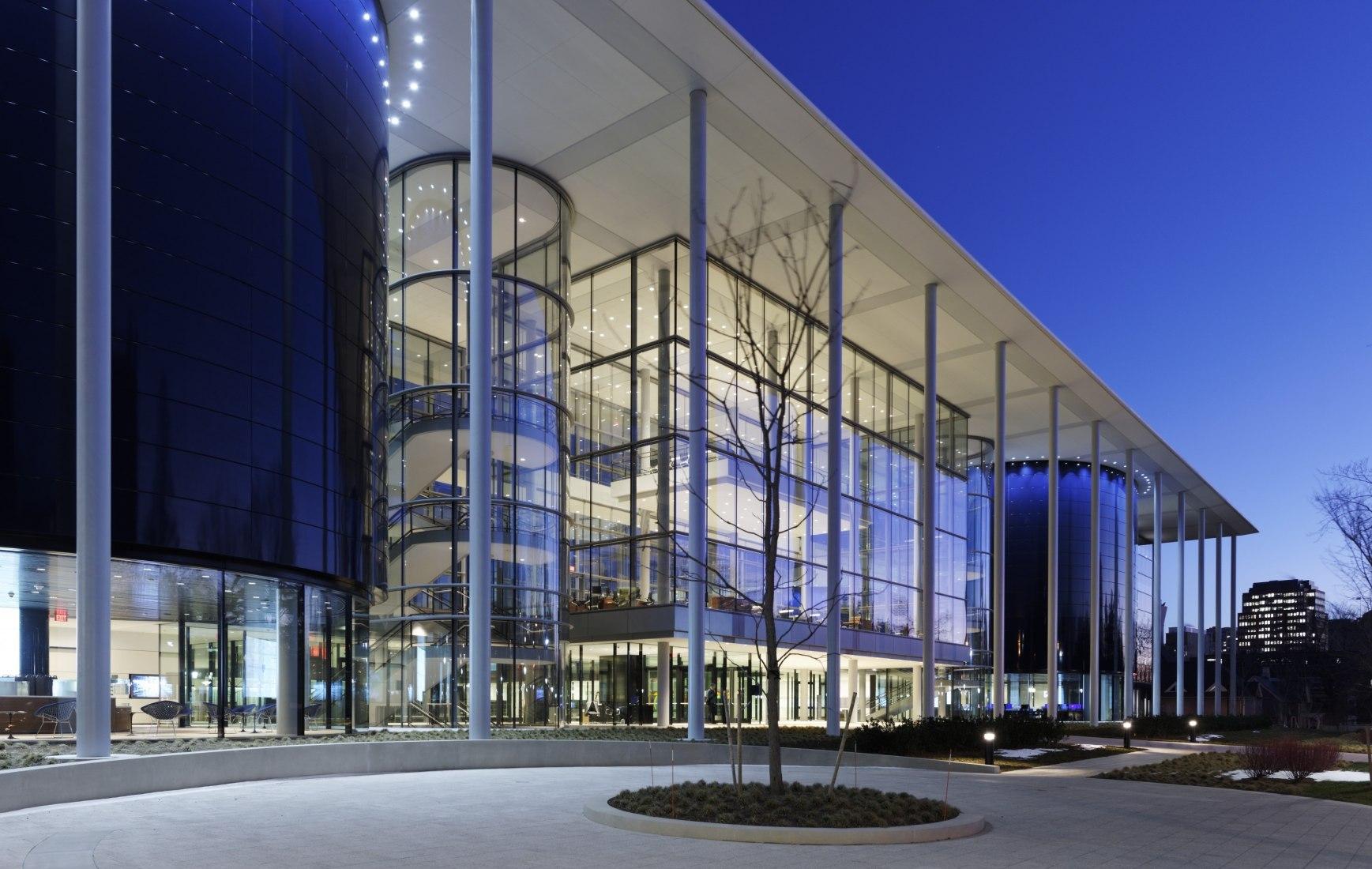 Vista nocturna del exterior. Escuela de Administración de Yale por Foster + Partners.