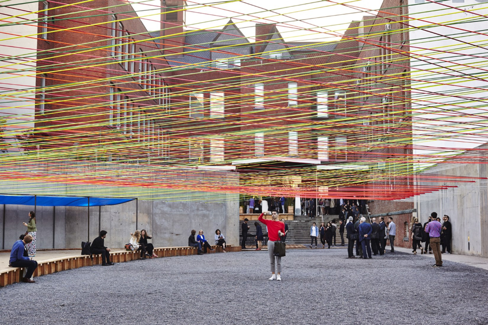 Tejiendo el patio. MoMA PS1 Yap 2016 por Escobedo-Soliz. Imagen © cortesía de 2016 MoMA PS1