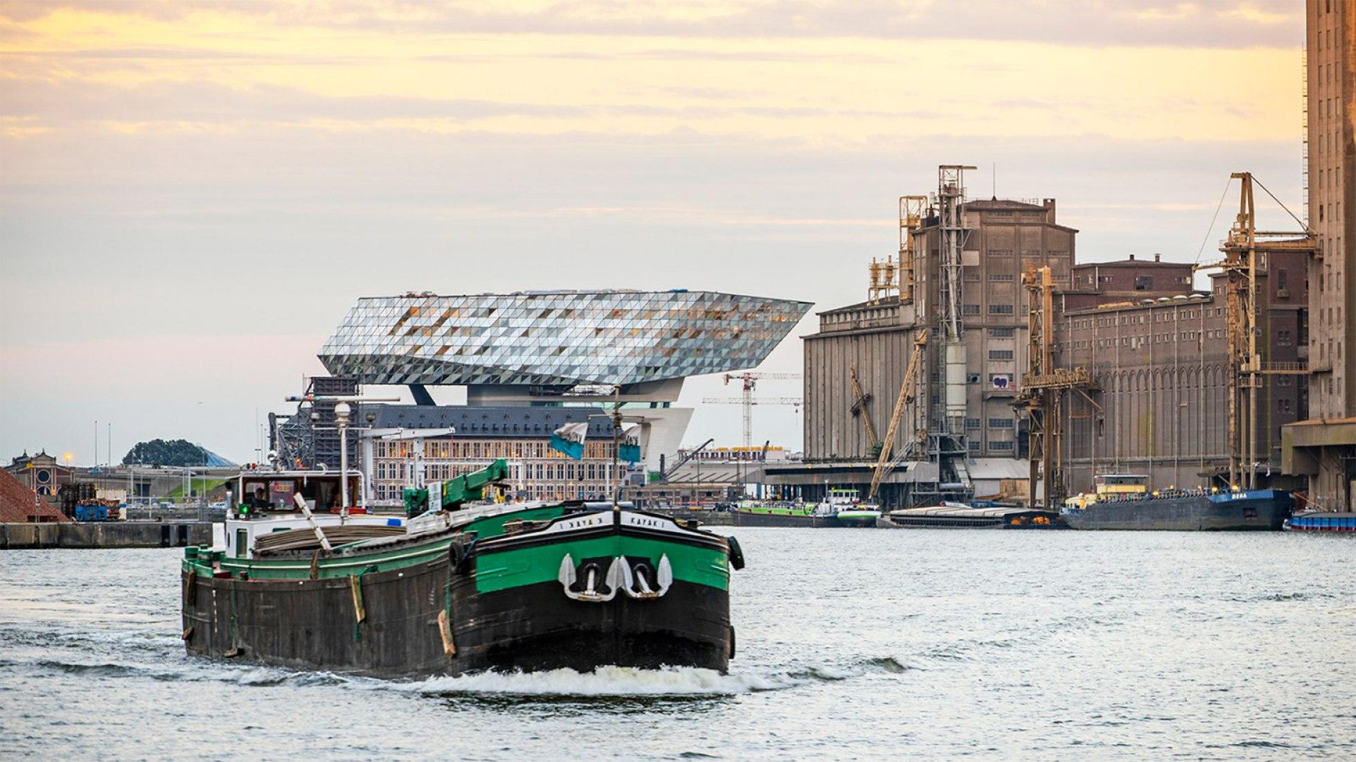Nuevas instalaciones de oficinas en el puerto de Amberes por Zaha Hadid Archtiects. Fotografía @ Tim Fisher