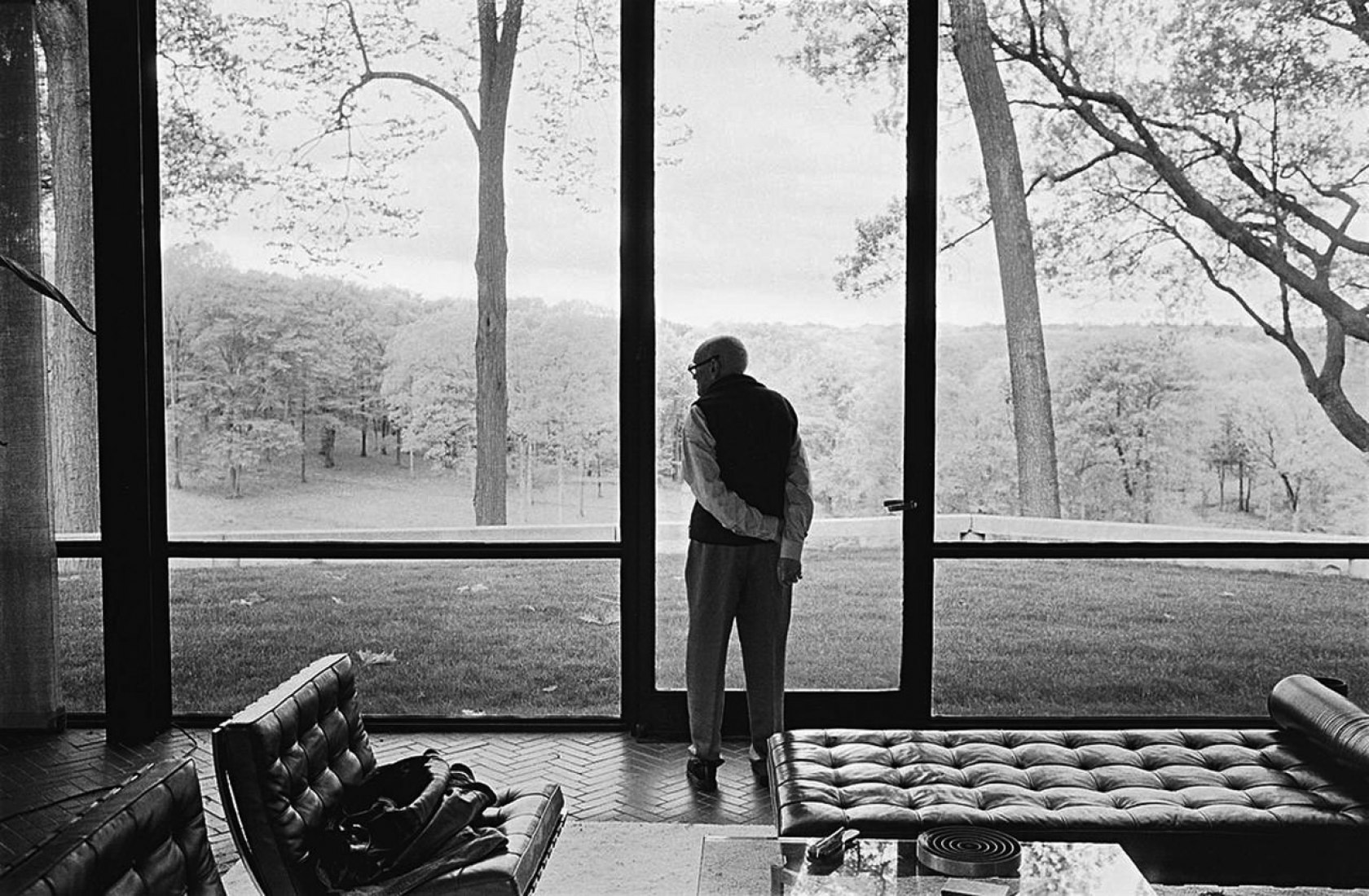 Philip Johnson in the Glass House. Photograph © Annie Leibovitz.