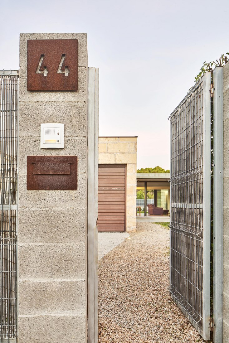 Entrada. Casa es Carnatge por MIEL Arquitectos. Fotografía @ José Hevia