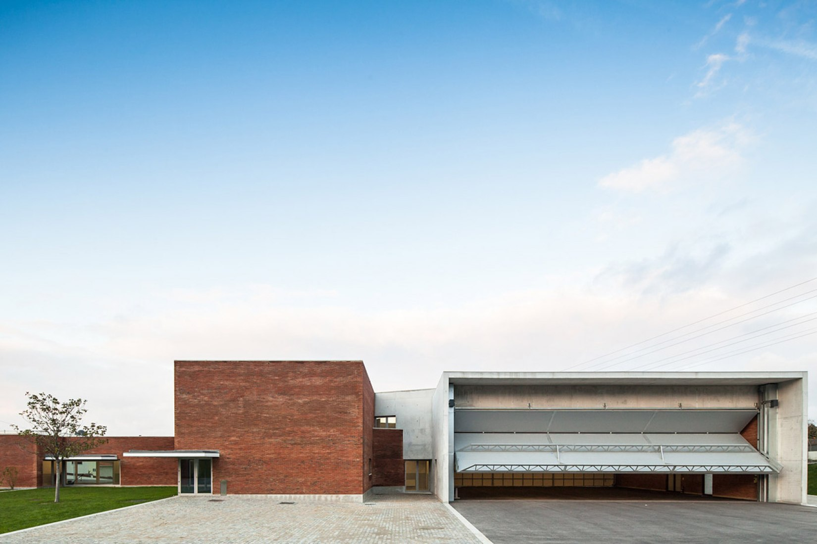 Outside vison. Santo Tirso Fire Station by Álvaro Siza Veira. Photography © Joao Morgado.