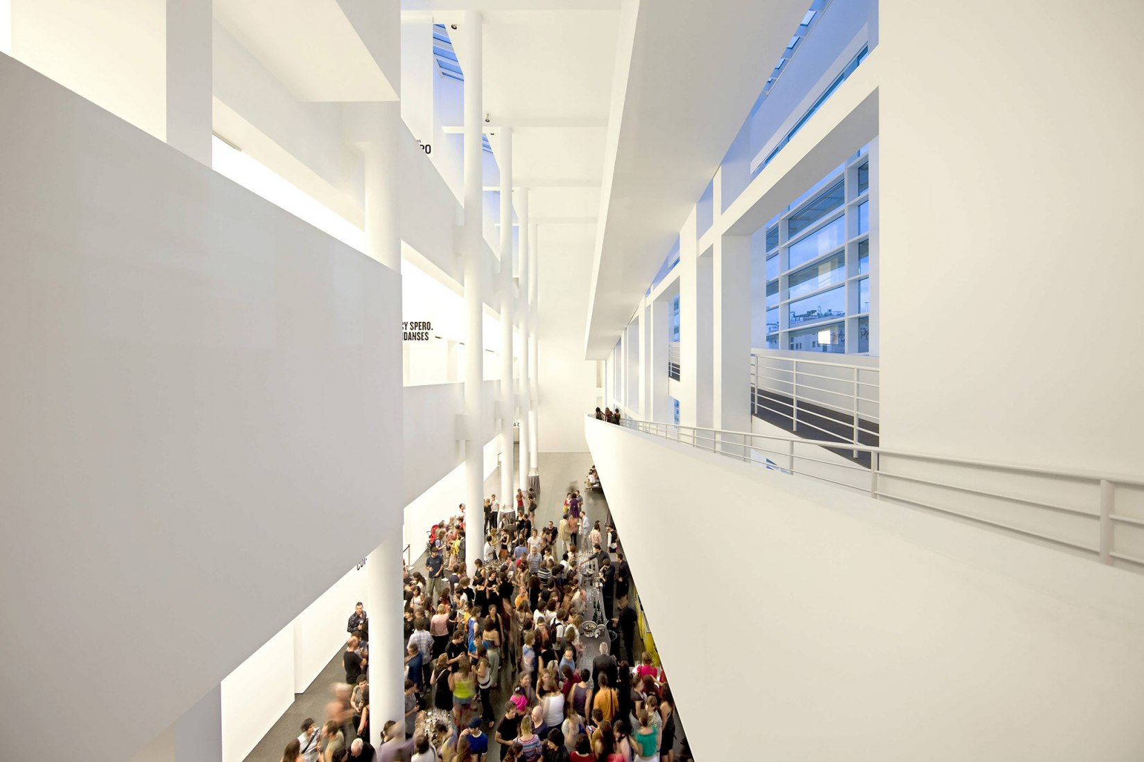 Hall interior del Museo MACBA de Barcelona. Arq. Richard Meier.