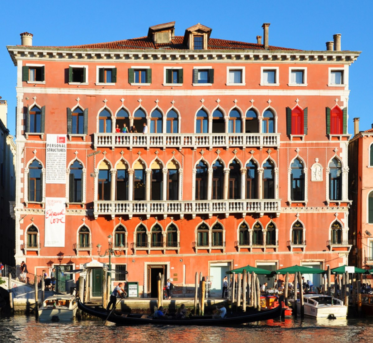 The Palazzo Bembo is a beautiful palace of the XV century located opposite the Grand Canal of Venice and whose facade is an example of the Venetian-Byzantine style. From the showroom we observe the canal, the water and the sky (air) from the outside in connection with the concept of land that covers the room.