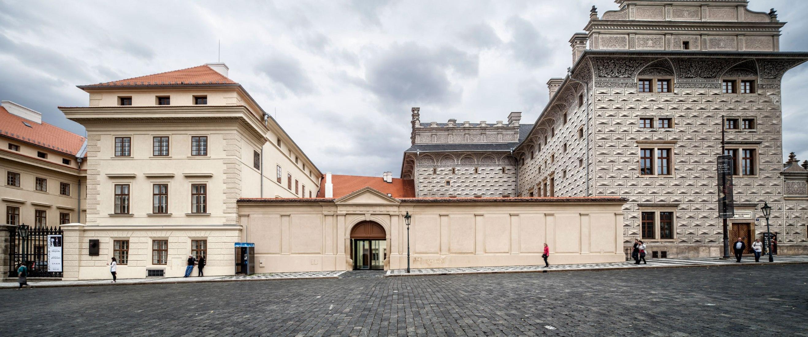Vista exterior del acceso. Hall de Entrada a la Galería Nacional de Praga por Josep Lluís Mateo. Fotografía © Adrià Goula.
