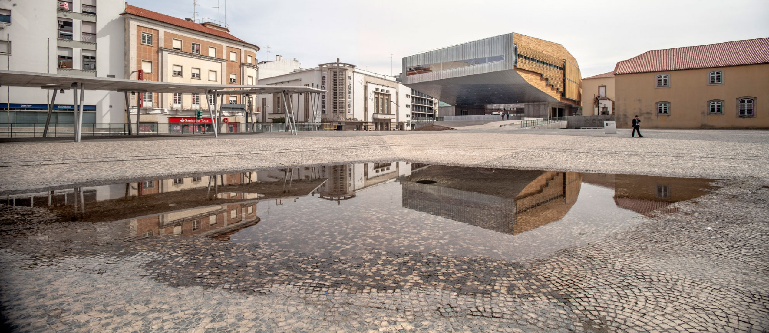 Cultural Center from the square. Cultural Center in Castelo Branco by Josep Lluis Mateo. Photography ©Adrià Goula.