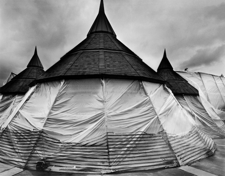 Plastic covered buildings. Fotografía © cortesía de Loren Nelson