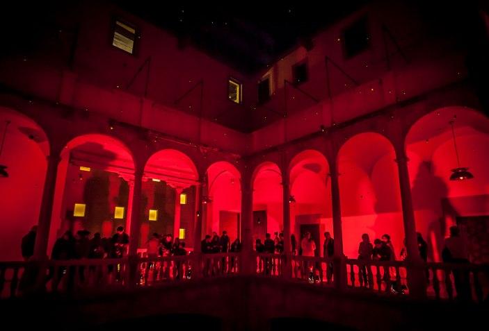 BAÑO DE ROJO - 10 ejemplos de arquitectura efímera para reflexionar sobre el espacio. Fotografía por Pere Albiac